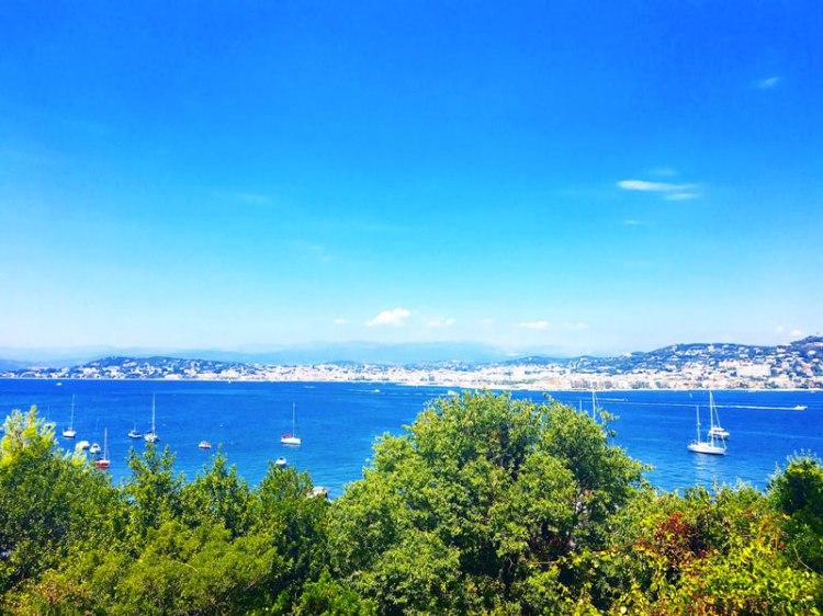 île sainte marguerite avec des collines - blog lifestyle